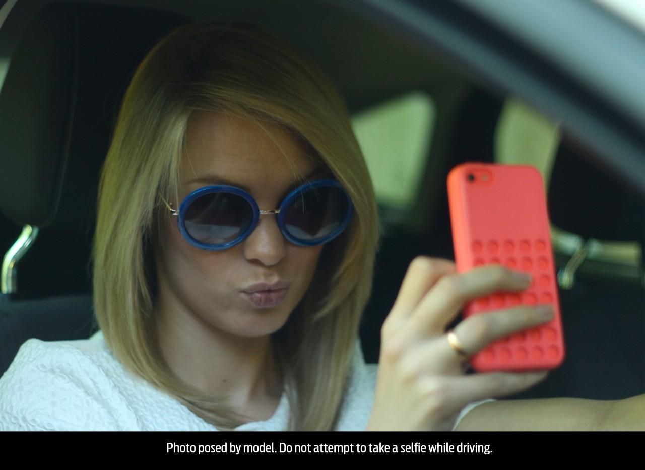 Woman_selfie_003
