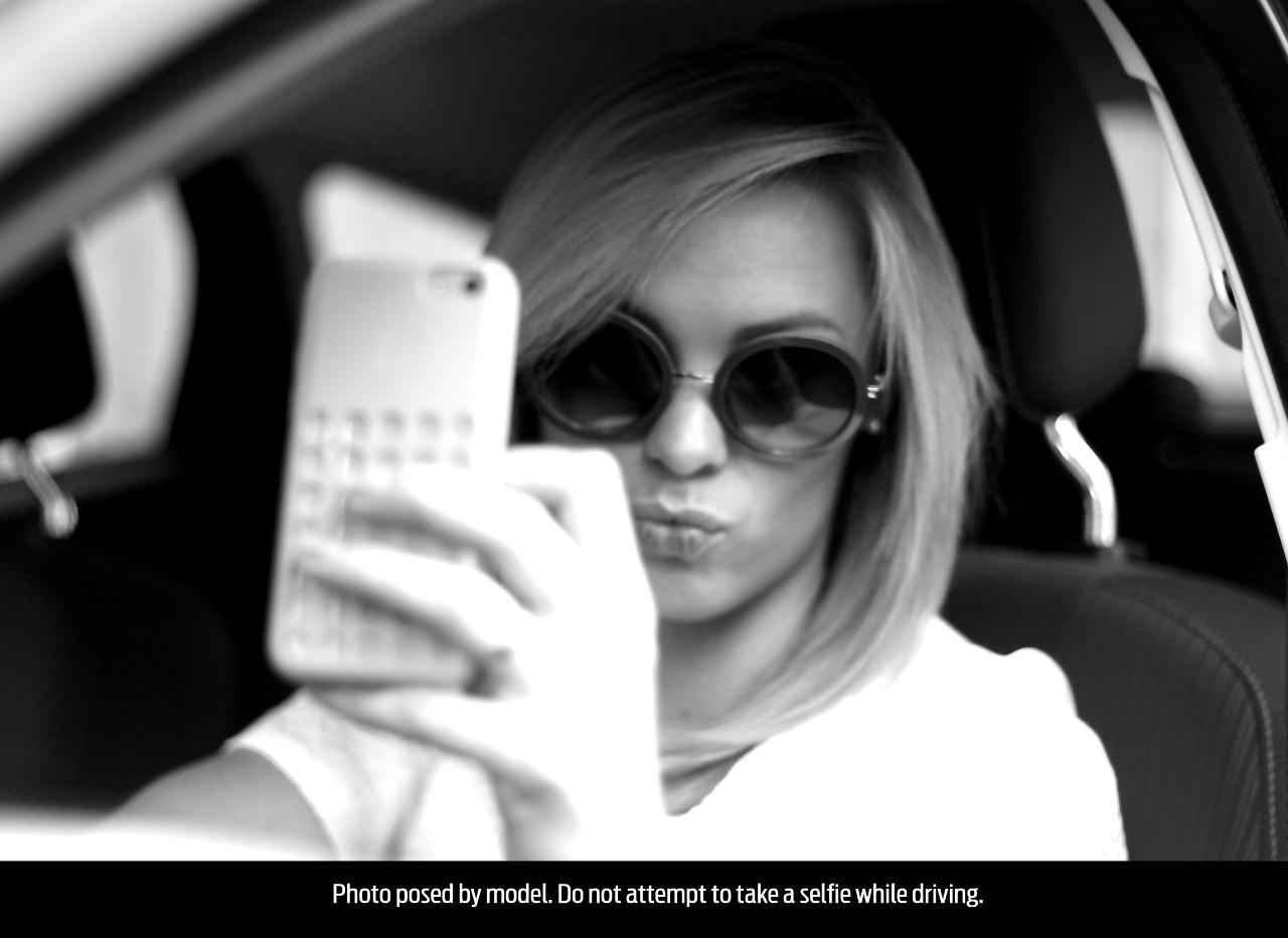 Woman_selfie_004fl
