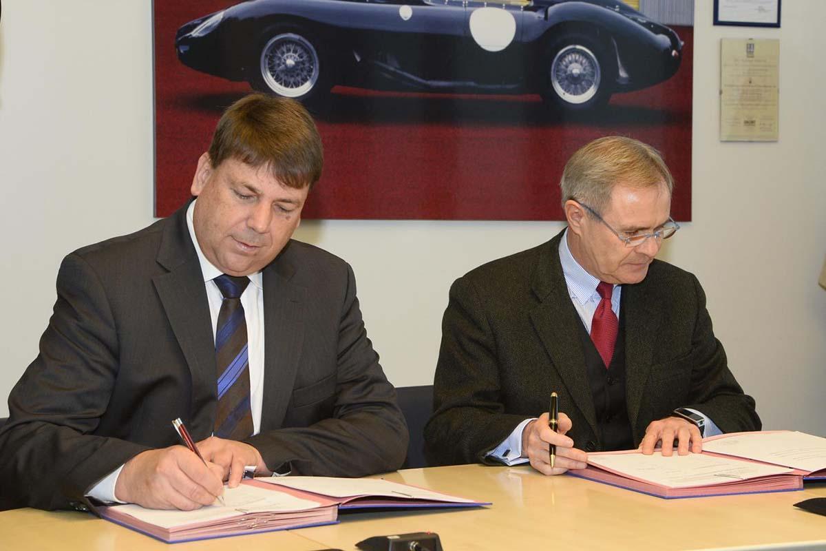 1_firma del contratto_da sinistra Wulf Hoeflich - Vice President Technology Licensing di Airbus Group _ Harald Wester - CEO Maserati e Chief Technolo (2) (1)