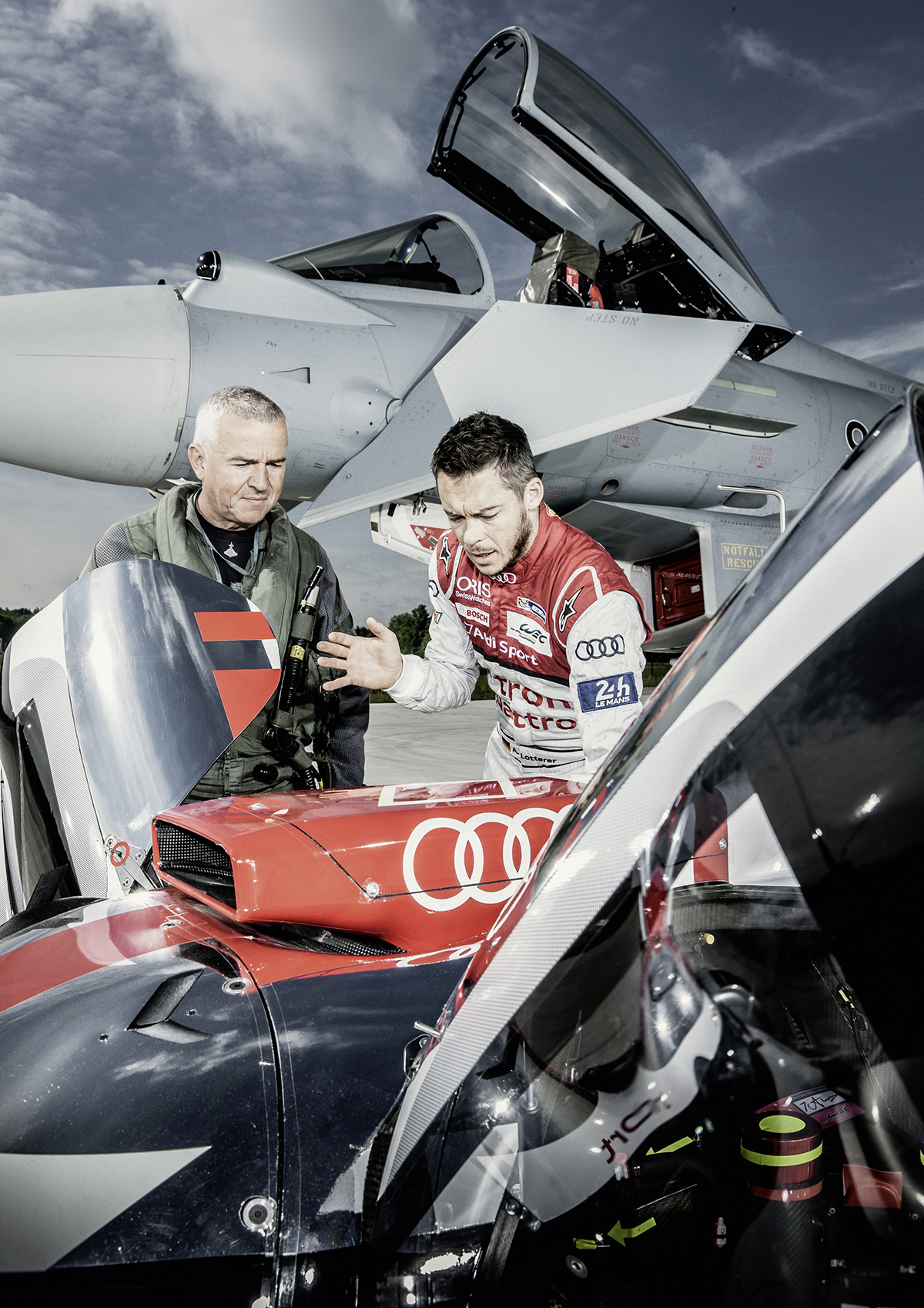 PASSION - FLIGHT CLUB Helping hand – André Lotterer explains to Krähenbühl how to climb into the race car's tight cockpit.